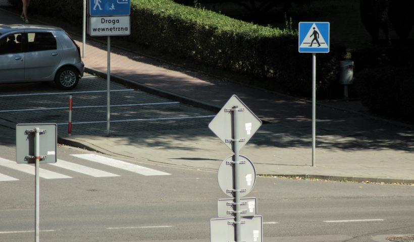 zniszczenie znaku drogowego